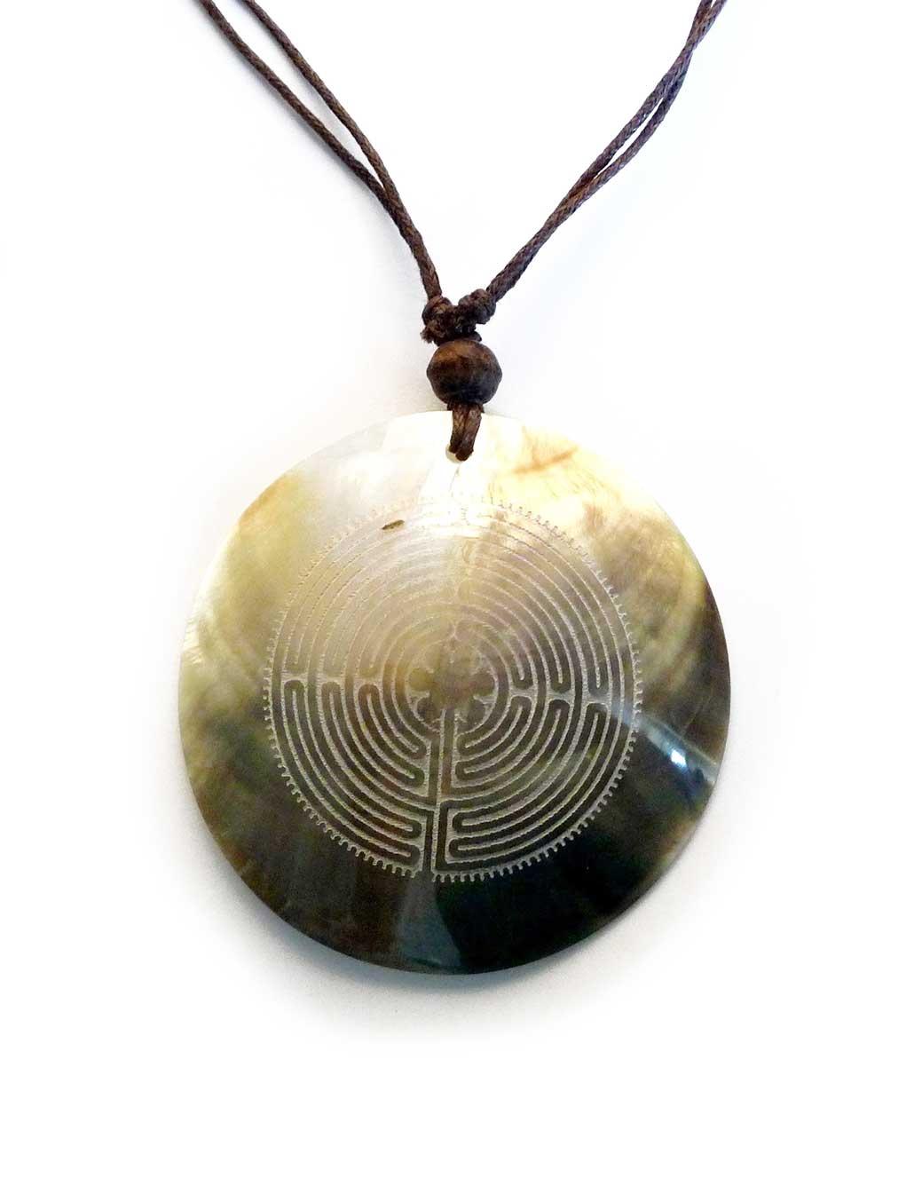 Ogrlica-s-privjeskom-od-školjke---labirint-iz-Chartresa
